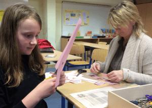 Eine Kollegin erarbeitet mit einer Schülerin ein neues Deutschmaterial