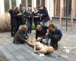 Die Schüler unterscuchen die Atrappe einer Leiche.