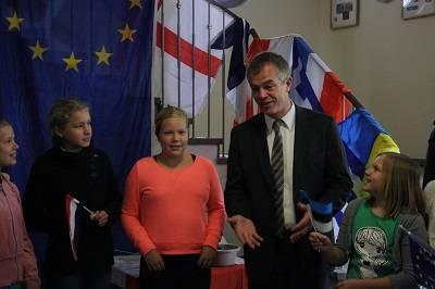 Die Schülerinnen der 6a im Gespräch mit Umweltminister Remmel.