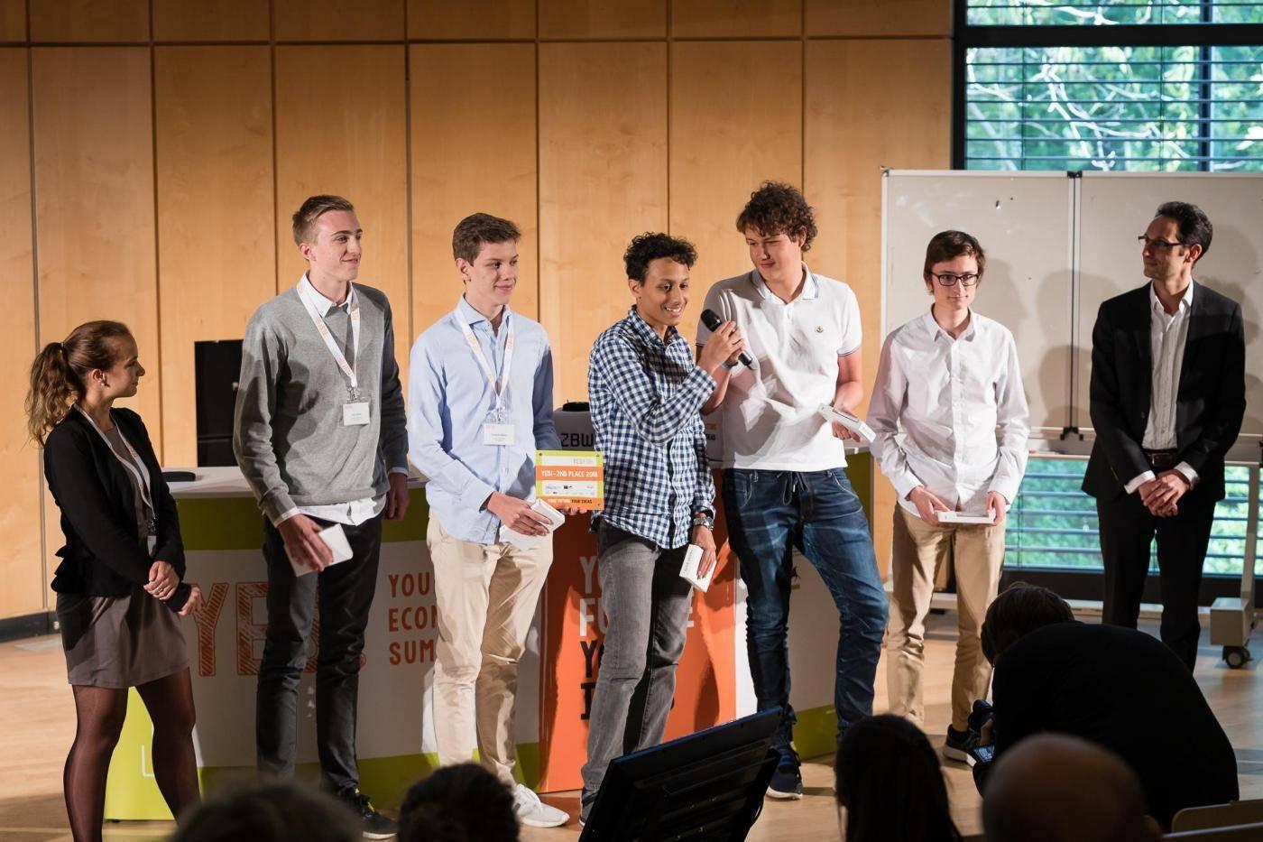 Die Schüler bei der Verleihung des Preises.